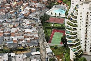 credits http://classificados.folha.uol.com.br/imoveis/1156506-metade-da-populacao-da-vila-andrade-mora-em-favelas.shtml