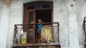 cubaine avec foulard américain chez elle