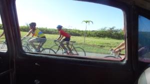 cyclistes sur l'autoroute