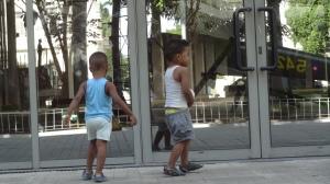 petits cubains fascinés par l'eau et leur image